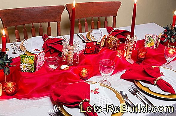 Make Christmas table and menu cards yourself