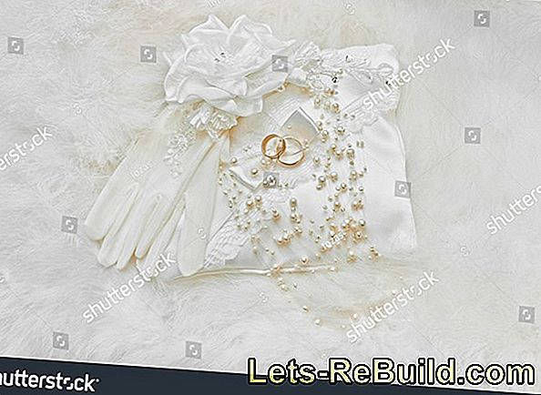 Decorative design of a ring cushion for wedding rings - A flower pillow for wedding rings