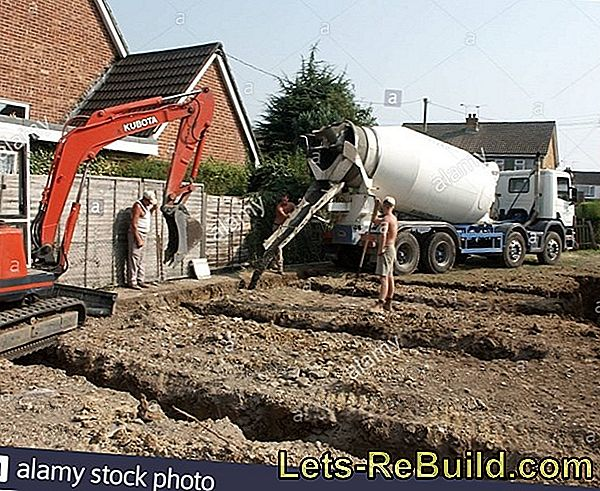 Pour the concrete foundation with ready-mixed concrete