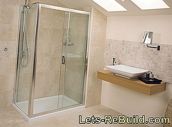 Free-standing shower screen for floor-level showers